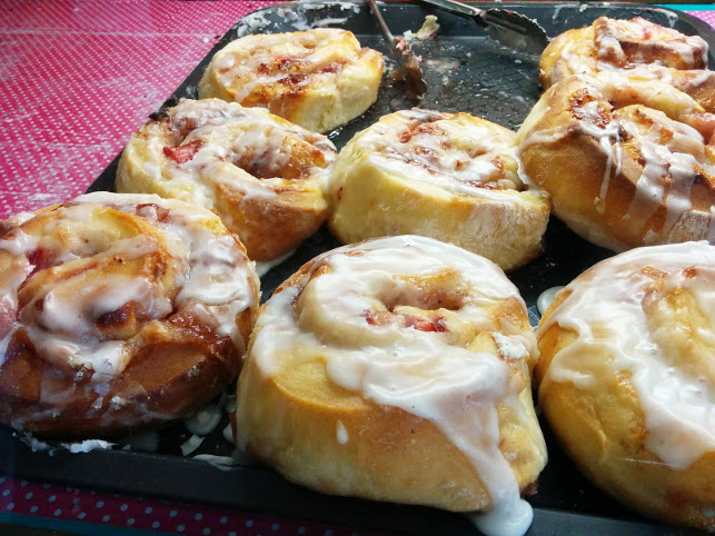 strawberry cream cheese scrolls