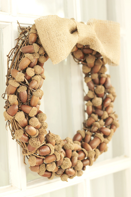 Source: http://www.craftsunleashed.com/seasonal/acorn-fall-wreath/